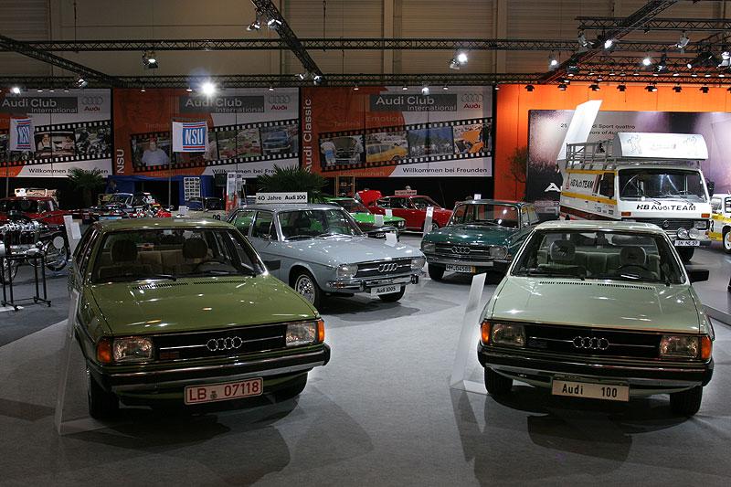 "Audi Messestand mit ""40 Jahre Audi 100"""