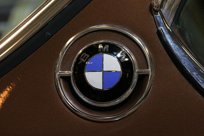 BMW 3,0 CS, BMW-Emblem auf der C-Säule