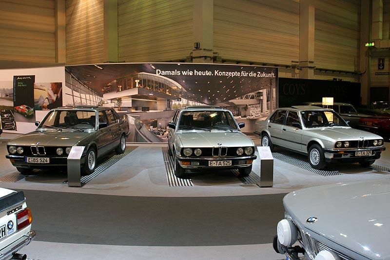 BMW 325e auf der Techno Classica 2008, rechts neben zwei 5er-BMWs