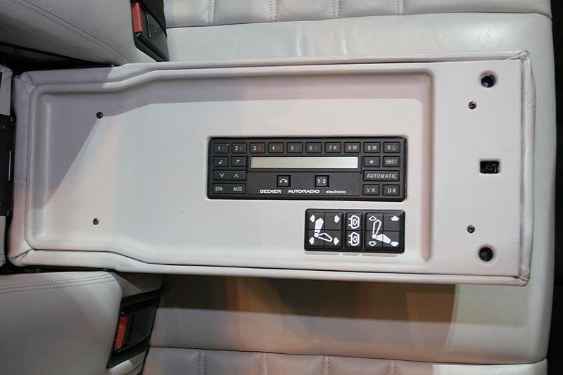 Mittelarmlehne hinten mit Radio- und Sitzfernbedienung im BMW 735i Highline