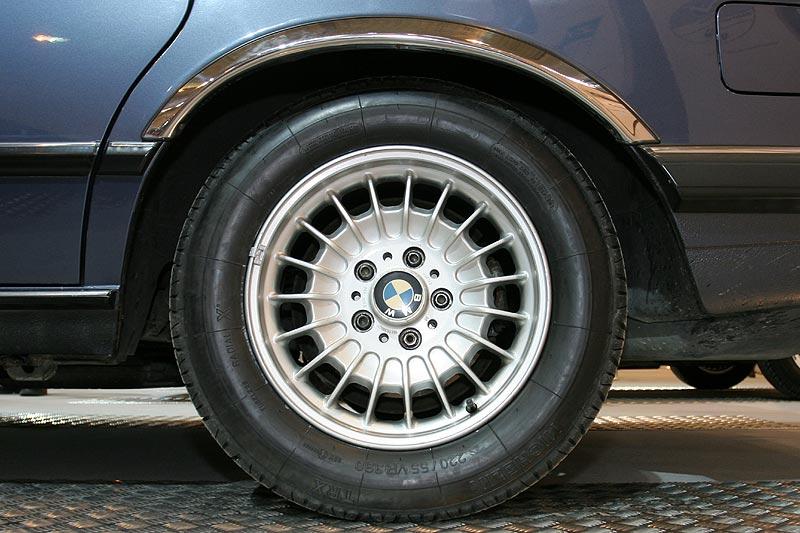 BMW 735i, nicht original: die Chrom-Zierleiste am Radhaus