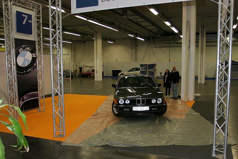 Peter fährt seinen BMW 745i auf den Messe-Stand