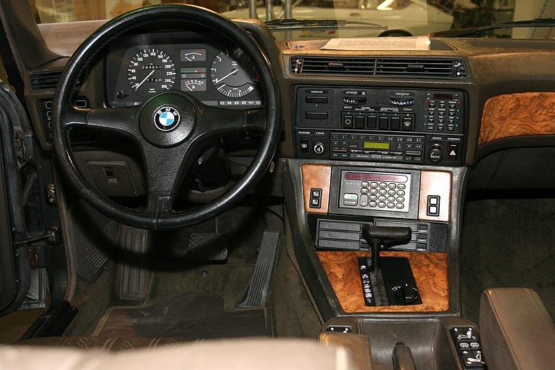 Cockpit und Mittelkonsole im BMW 745iA Executive