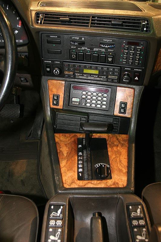 Mittelkonsole mit B2-Netz Telefon im BMW 745iA