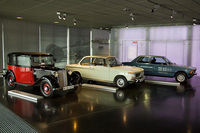 BMW Museum, Eingangsbereich mit dem BMW 303 (1933), BMW 1600 (1966) und dem BMW 318 (1975)