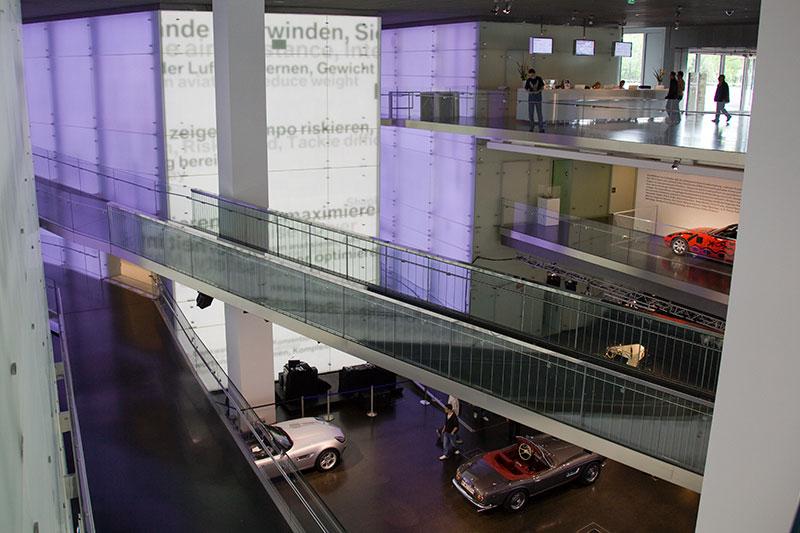 BMW Museum mit LED-Wänden im Central Space / Eingangsbereich
