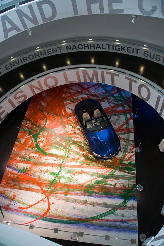 Expression of Joy: der BMW Z4 kreirt ein Kunstwerk, ausgestellt in der BMW Museumsschüssel