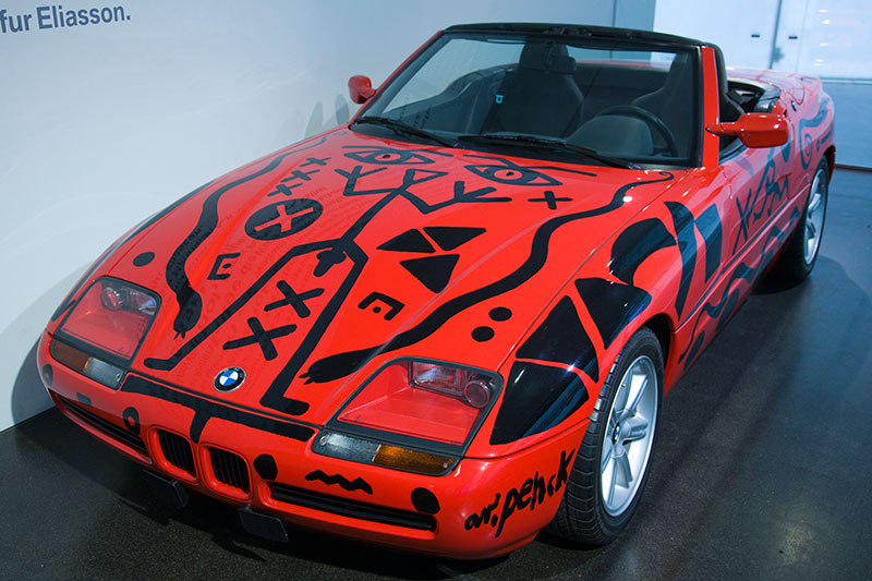 BMW Z1 Art Car von A.R. Penck aus dem Jahr 1991, 6-Zyl.-Reihenmotor, Hubraum: 2.494 ccm, 170 PS, vmax: 225 km/h