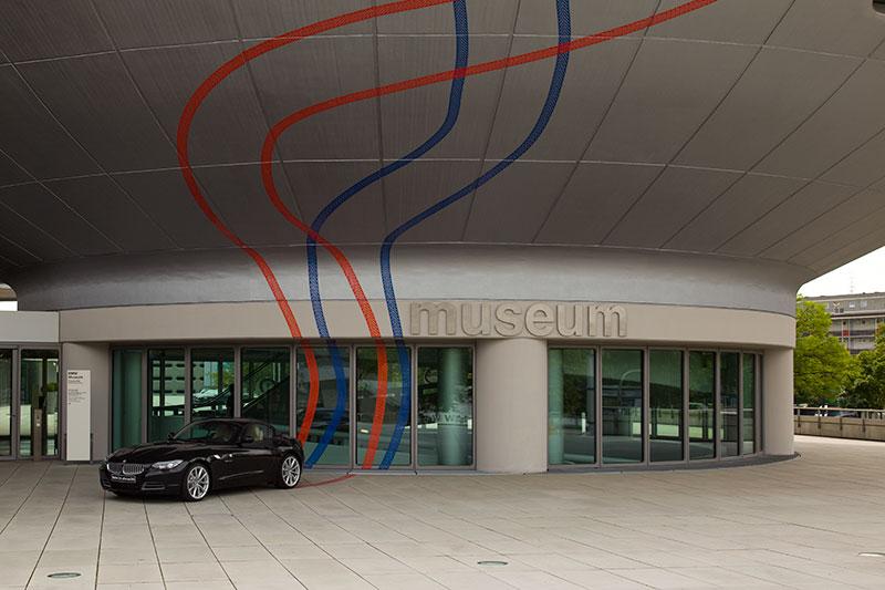 Bereits vor dem Museum wird auf die 'Expression of Joy' mit dem BMW Z4 hingewiesen