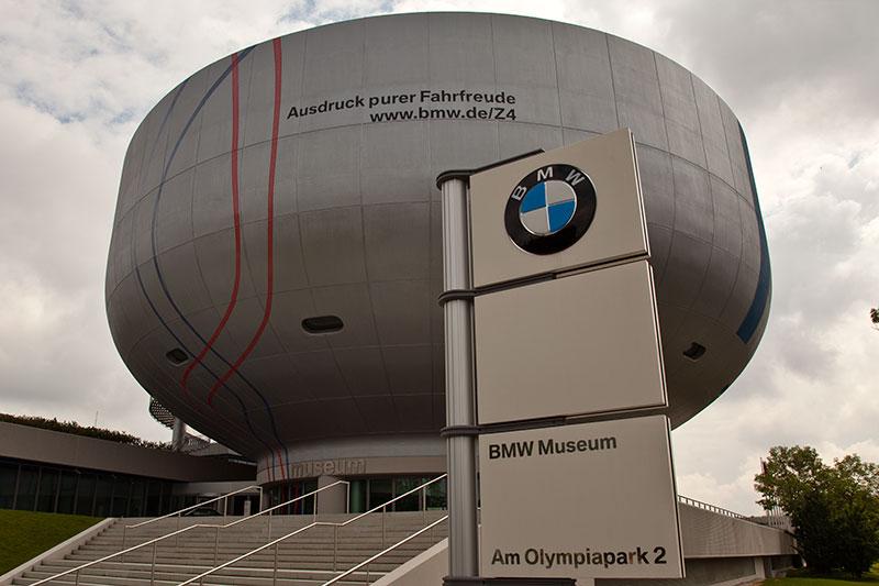Museumsschüssel mit den angedeuteten Fahrspuren des BMW Z4