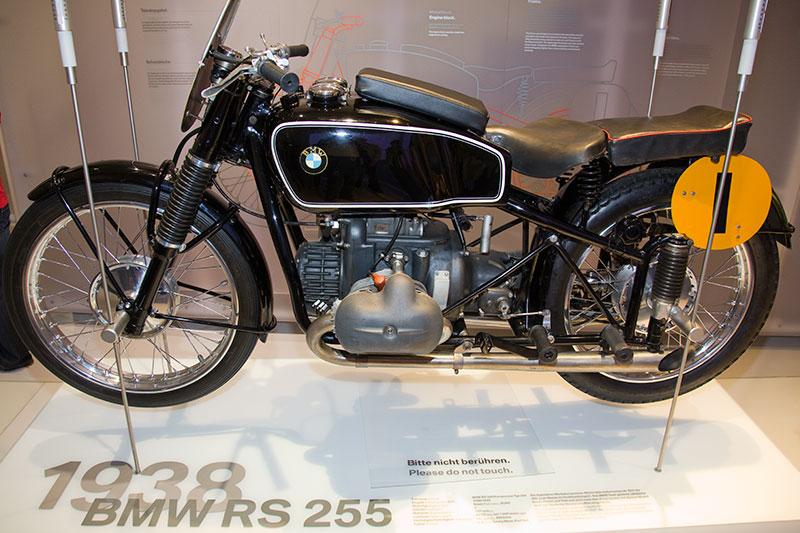 BMW RS 255 aus dem Jahr 1938, 2-Zyl.-Boxermotor, Hubraum: 492 ccm, 60 PS bei 7.500 U/Min., vmax: ca. 220 km/h. BMW gewinnt zahlreiche Große Preise und Titel im Rennsport.