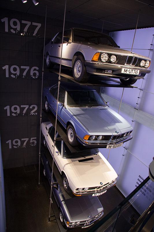 BMW 7er der ersten Modellreihe E23 (oben) im BMW Museum