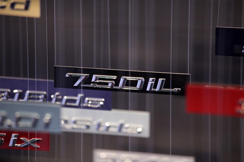 'Mobile': neben der 7er-Ausstellung findet man auch das Typschild des BMW 750iL