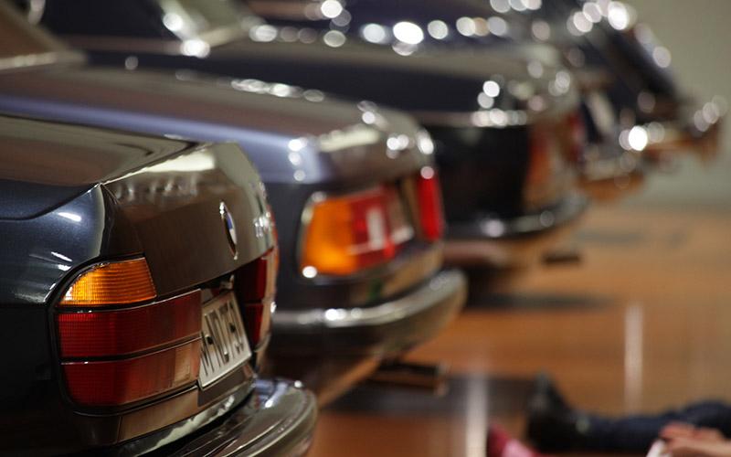 BMW 7er-Reihe, vorne der BMW 750i aus der zweiten 7er-Modellreihe E32, in der erstmals ein V12-Motor eingesetzt wurde