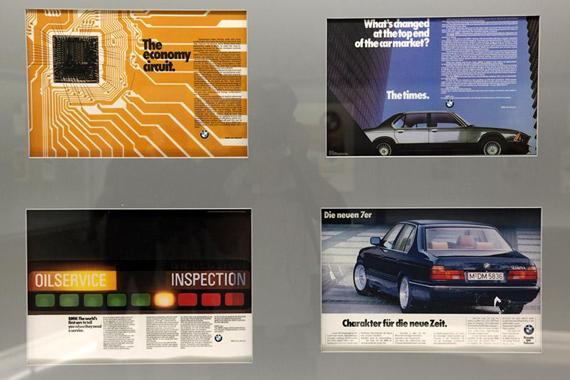 alte BMW Prospekte über die BMW 7er-Reihe im Ausstellungsraum 'Werbung' im BMW Museum