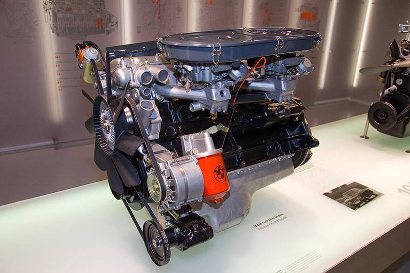 BMW M30 Motor, Bauzeit: 1968-81, verbaut z. B. im BMW 2500, Hubraum: 2.494 ccm, 150 PS bei 6.000 U/Min., 210.9 Nm bei 3.700 U/Min.