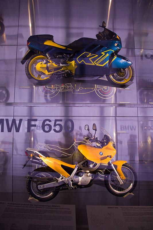 Ausstellung klassischer BMW Motorräder im BMW Museum: BMW K1 (oben) und BMW F 650