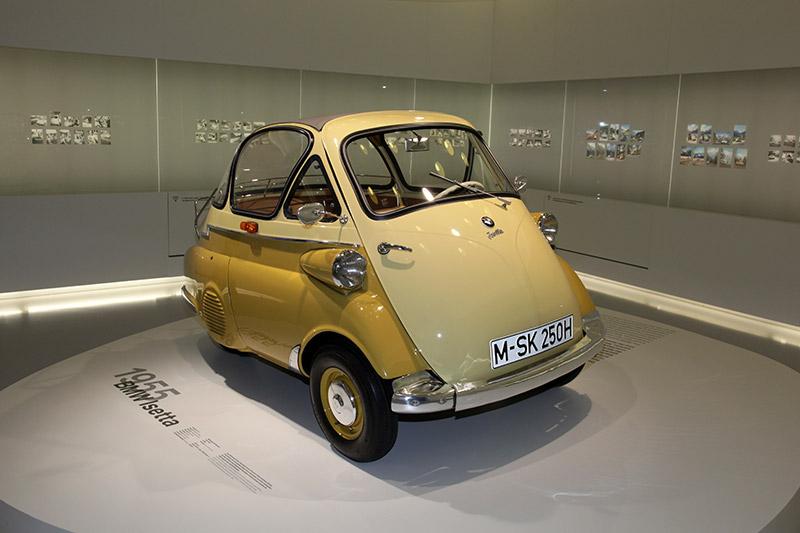 Das 'Motocoupé' Isetta, ursprünglich von der Firma Iso in Italien entwickelt, hilft BMW wirtschaftlich schwere Zeiten zu überbrücken. Bis 1962 entstehen in Variationen über 160.000 Exemplare.