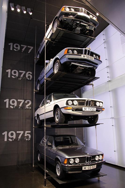 Baureihenturm, von unten: BMW 323i (E21), BMW 520i (E12), BMW 633 CSi (E24), BMW 745i (E23)