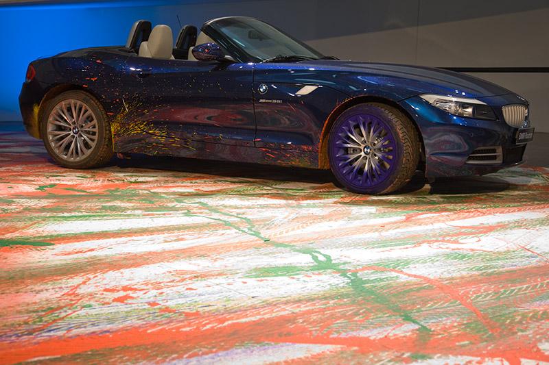BMW Z4 auf seinem Kunstwerk 'Expression of Joy' im BMW Museum