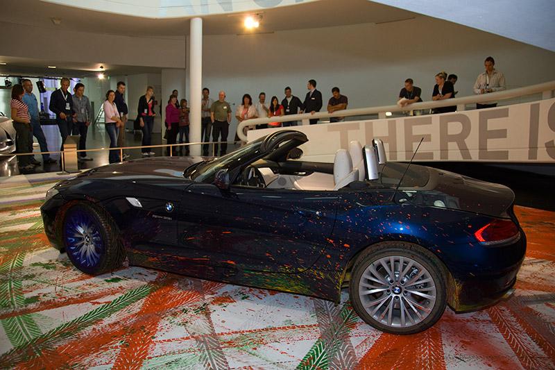 der BMW Z4 wurde als fahrender Pinsel genutzt, um das Kunstwerk 'Expression of Joy' zu schaffen