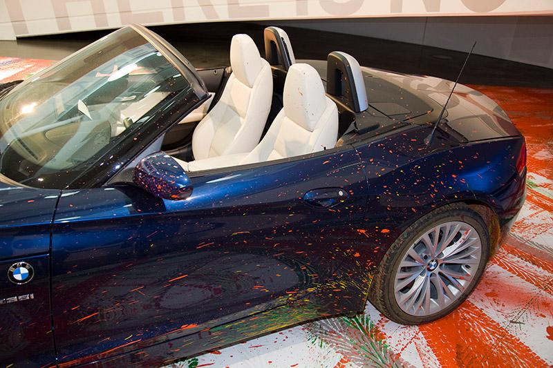 Nahaufnahmen zeigen, dass der als fahrender Pinsel genutzte BMW Z4 Farb-Spuren davon getragen hat