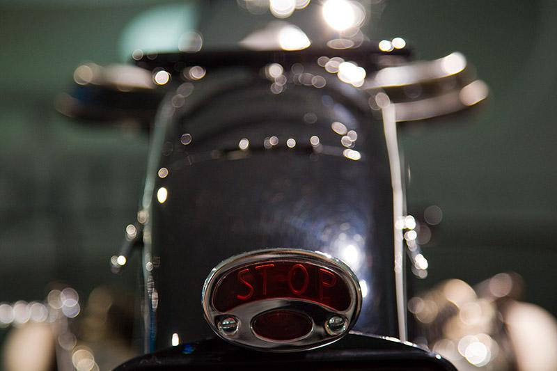 BMW R7 Prototyp 1934/35. Die fließende Linie setzt sich bis zum Rücklicht fort, in dem erstmalig ein Bremslicht integriert ist. Die BMW R7 geht nicht in Serie.