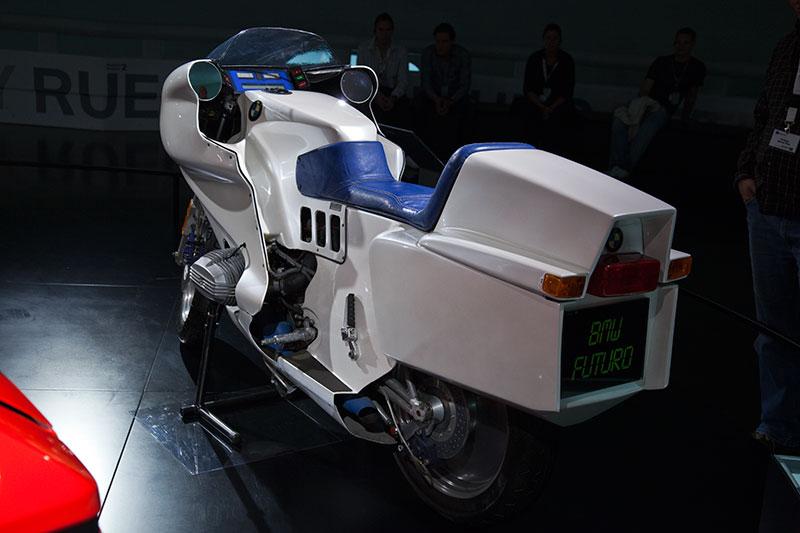 BMW Futuro, perfektionierte das mit der R 100 RS vorgestellte Konzept des Fahrerschutzes mittels Vollverkleidung. Die integrierten Koffer nehmen das Design der 1988 vorgestellten K1 vorweg.