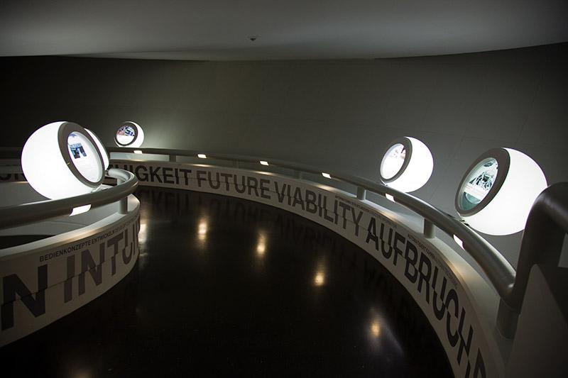 durch die denkmalgeschützte 'Schüssel' des BMW Museums führen kurvige Wege mit ebenfalls denkmalgeschützten runden Info-Kästen am Rand