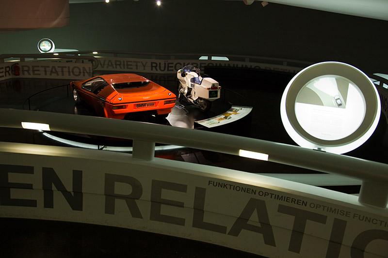 BMW Turbo 1972 in der BMW Museumsschüssel, neben dem BMW Motorrad Futuro, in der Concept- und Design-Ausstellung