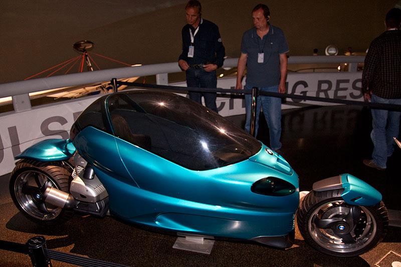 Design-Studie Motorrad, mit schwenkbar gelagerter Fahrerkabine, Baujahr 1991, 2-Zyl.-Boxermotor, Hubraum: 800-1000 ccm, 61-68 PS, vmax: >200 km/h