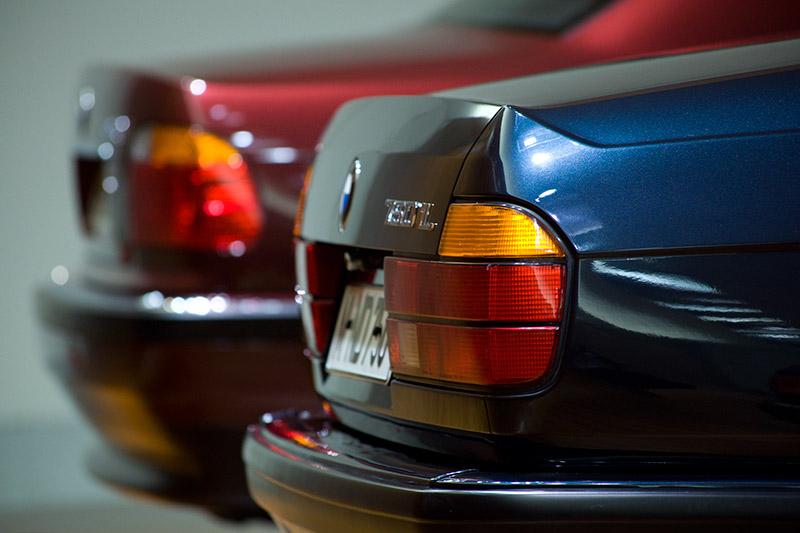 Heckansichten: der BMW 750i (E32, vorne) und BMW 730d (E38)