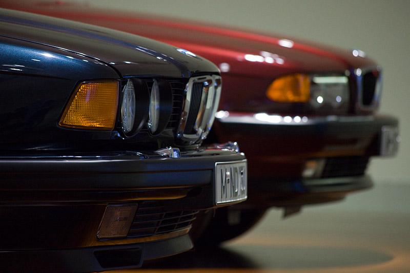 Frontansichten: der BMW 750i (E32, vorne) und BMW 730d (E38)