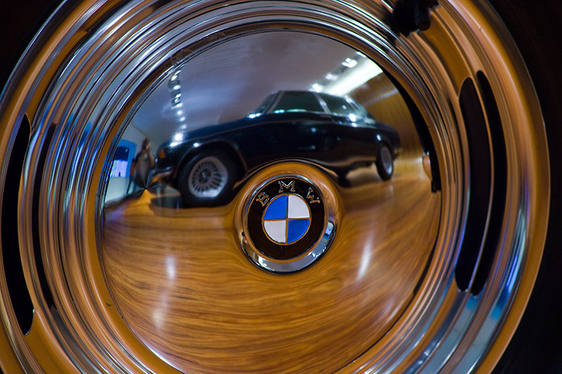 Radkappe am BMW 502 3,2 Liter Super. In ihr spiegelt sich der BMW 335.