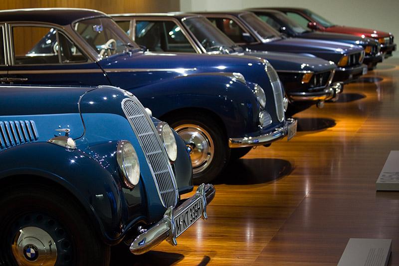 BMW 7er-Reihe mit seinen Ahnen im BMW Museum in München