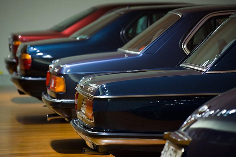 Mit den Modellen 2500 und 2800, den direkten Vorläufern der ersten 7er-Reihe, stellt BMW 1968 völlig neue Automobile der Oberklasse vor. Spitzenmodell ist er BMW 3,3 Li (vorne).