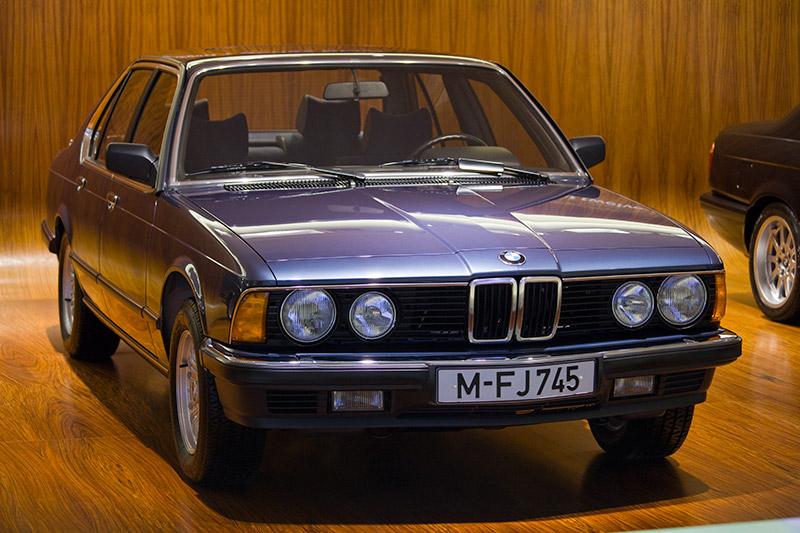BMW 745i, Bauzeit: 1980-1986, Stückzahl: 16.031, 6-Zyl.-Reihenmotor, Hubraum: 3.205 ccm (ab 1983: 3.430 ccm), 252 PS bei 5.200 U/Min., vmax: 220 km/h (ab 1983: 227 km/h)