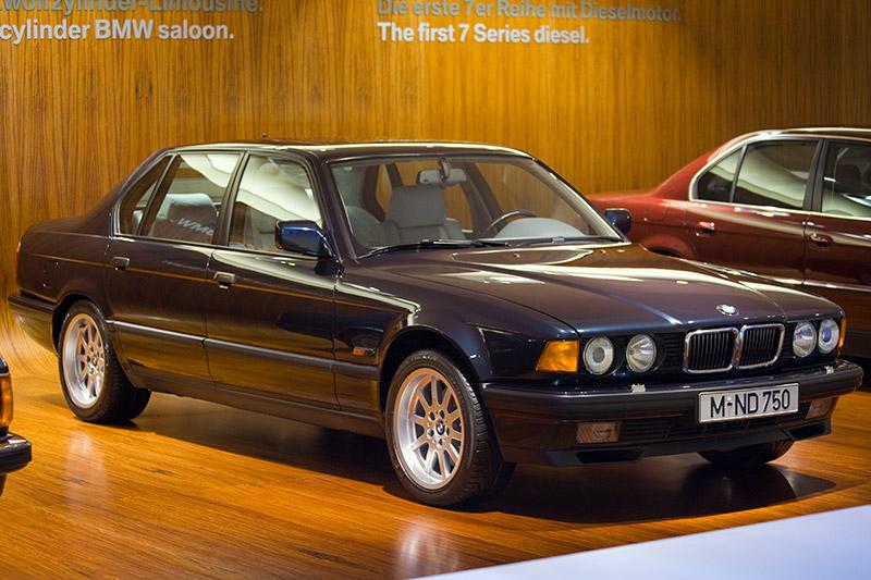 BMW 750i, erstes Serienauto seit den 30igern mit 12-Zyl.-Motor, Bauzeit: 1987-94, Stückzahl: 48.559, V12-Motor, Hubraum: 4.988 ccm, 300 PS bei 5.200 U/Min., vmax: 250 km/h