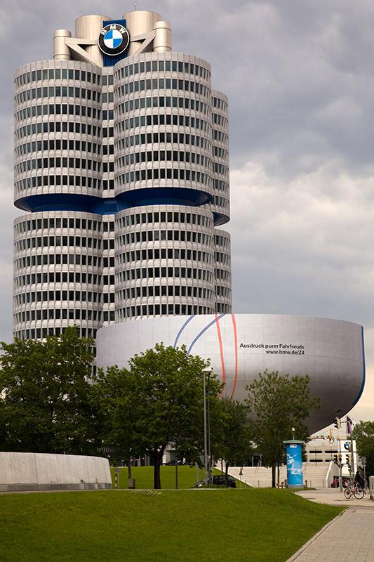 Museumsschüssel vor der BMW Konzernzentrale mit angedeuteten Fahrspuren des Z4