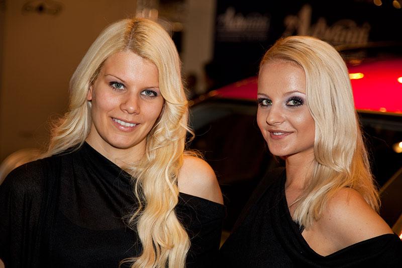 Blondinen in schwarz, nochmal etwas näher