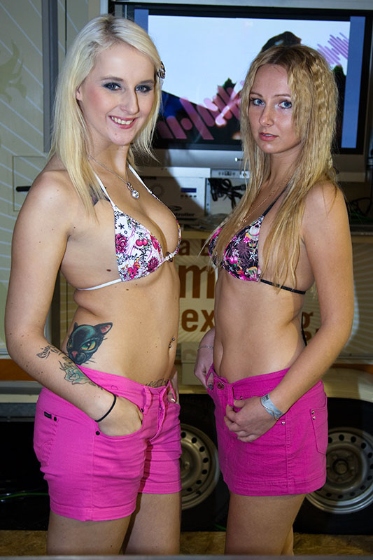 zwei Eis-Verkäuferinnen im Show-Keller
