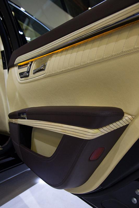 Im 7er erstmals eingeführt, und danach auch in der S-Klasse: LED-Lichtband in der Tür