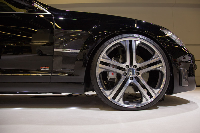 tiefergelegtes Fahrwerk und Karosserie-Modifikationen sorgen für die nötige Aerodynamik