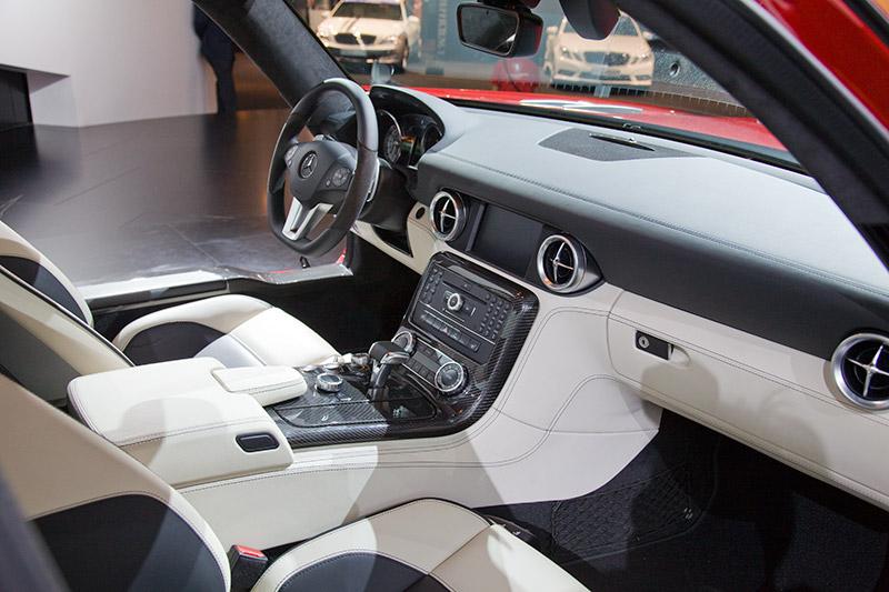 Mercedes SLS, Innenraum. Serienmäßig mit Navigationssystem und Lederpolstern