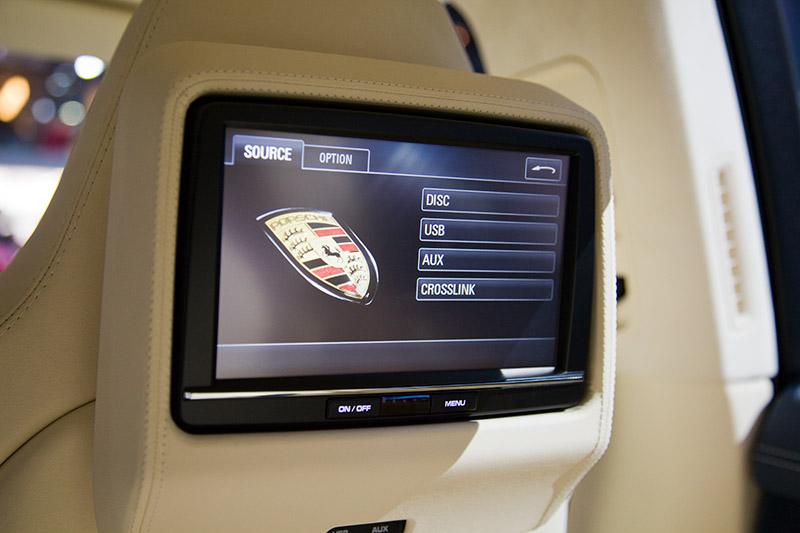 Porsche Panamera, Monitor in der vordern Kopfstütze