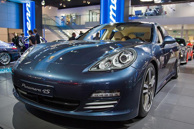 Porsche Panamera 4S mit 294 kW / 400 PS starkem V8-Zylinder-Motor
