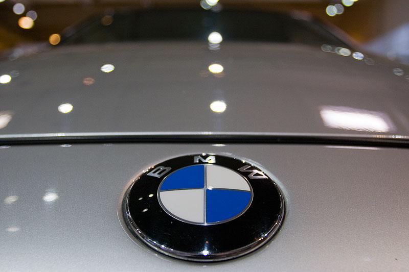 foto: bmw 850i, bmw emblem auf der motorhaube (vergrößert)