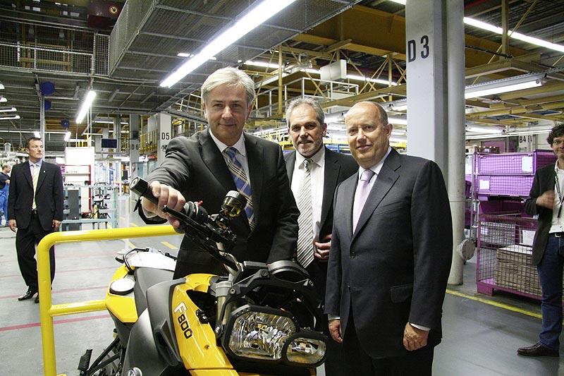 v.l.n.r.: K. Wowereit, regierender Bürgermeister Berlin; H. Bohrer, Leiter Werk Berlin; H. von Kuenheim Leiter BMW Motorrad