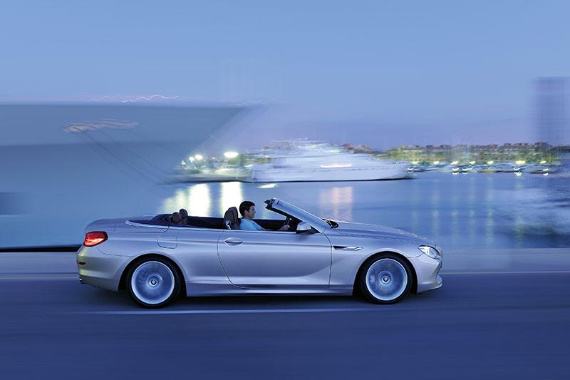 BMW 6er Cabrio (Modell F12), mit BMW-typischer Sickelinie auf Höhe des Türöffners, die sich von der vorderen Kieme bis ins Rücklicht verläuft.