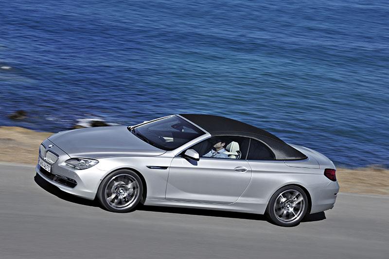 BMW 6er Cabrio (F12), weiterentwickeltes Textilverdeck mit Finnen- Architektur und versenkbarer Glasheckscheibe